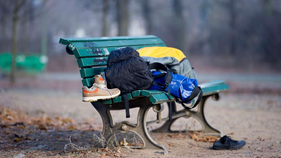 Tegnap reggelig már több mint 300 ügyvéd követelte a bíráktól, hogy ne tárgyalják a hajléktalanok elleni pereket