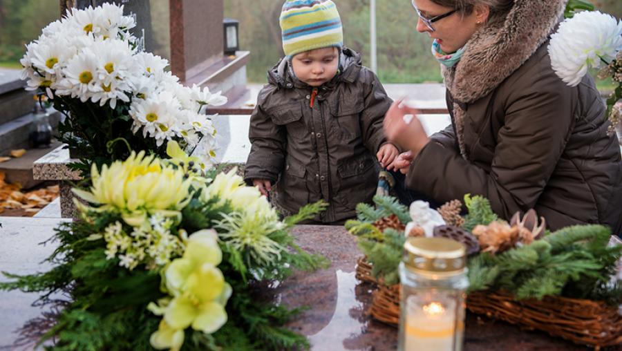 Ebben melegben másképp kell bánni a temetői virágokkal. Ha így csinálod, sokáig virágozni fognak a sírokon