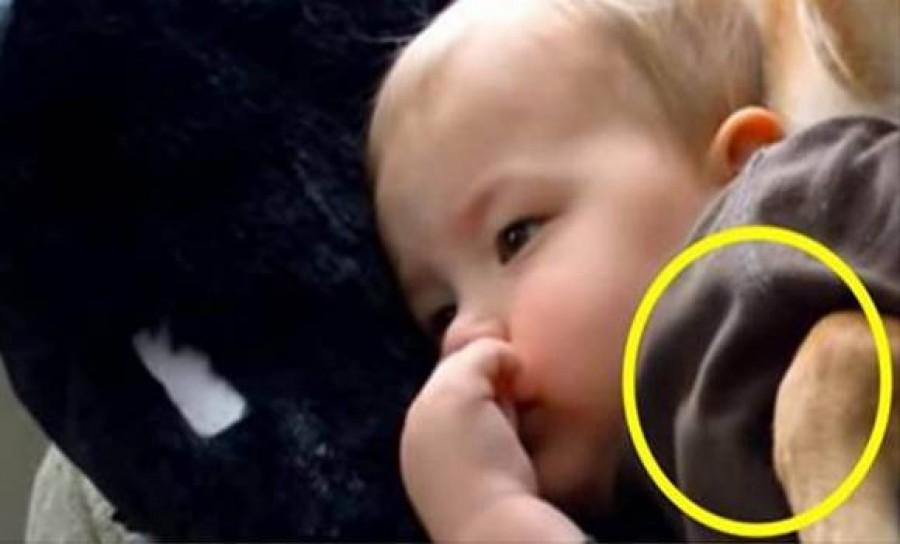 A kisfiú betegen fekszik a kanapén mikor anyja bemegy a nappaliba nem hisz a szemének