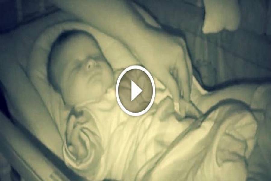 A szülei csak ellenőrizni szerették volna az alvó babájukat… Aztán rohantak a kamera után, hogy felvegyék ezt…