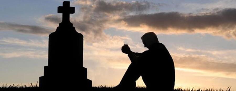 Szívszaggató fotó a temetőből: barátját siratja a magyar énekes