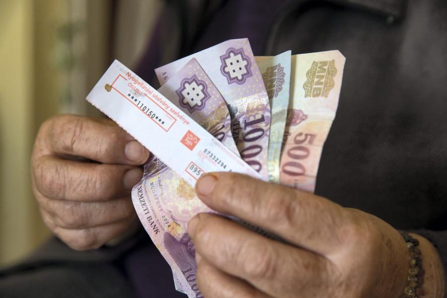 Jó hír érkezett: Ma jön a bankszámlákra a nyugdíjprémium