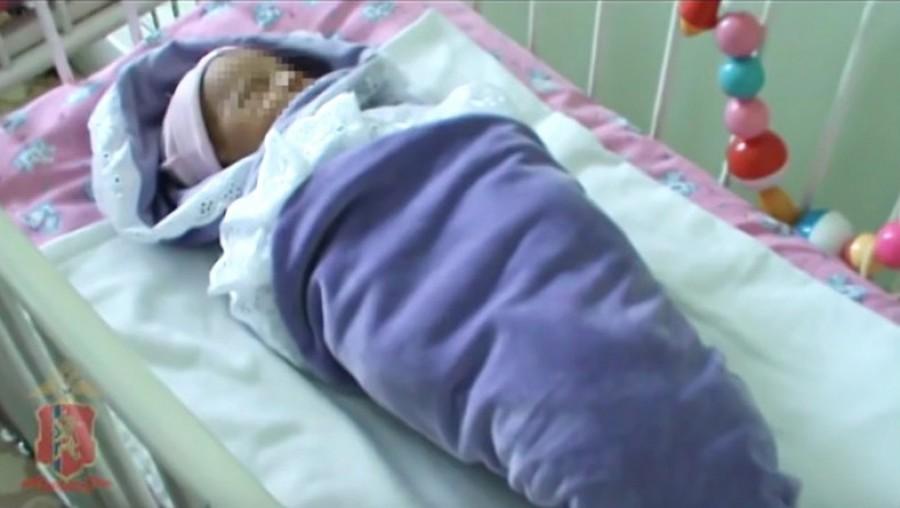 A nő egy babát talált a fűben. Amikor az orvosok levették róla a ruhákat, szívszorító dolgot fedeztek fel
