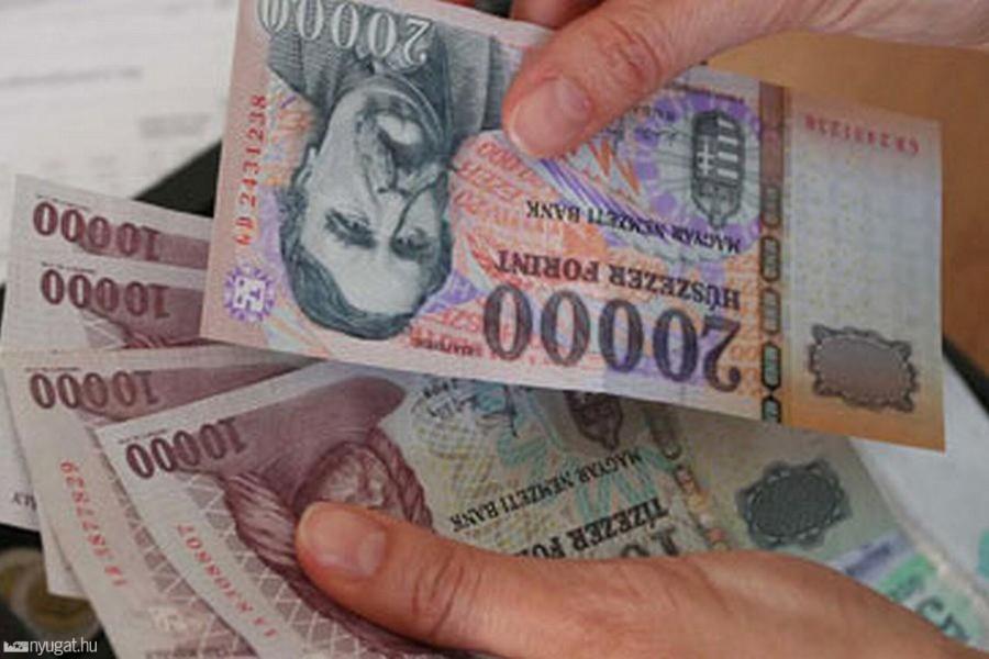 Hatalmas örömhír a nyugdíjasoknak: Ekkor viszik a pluszpénzt a postások