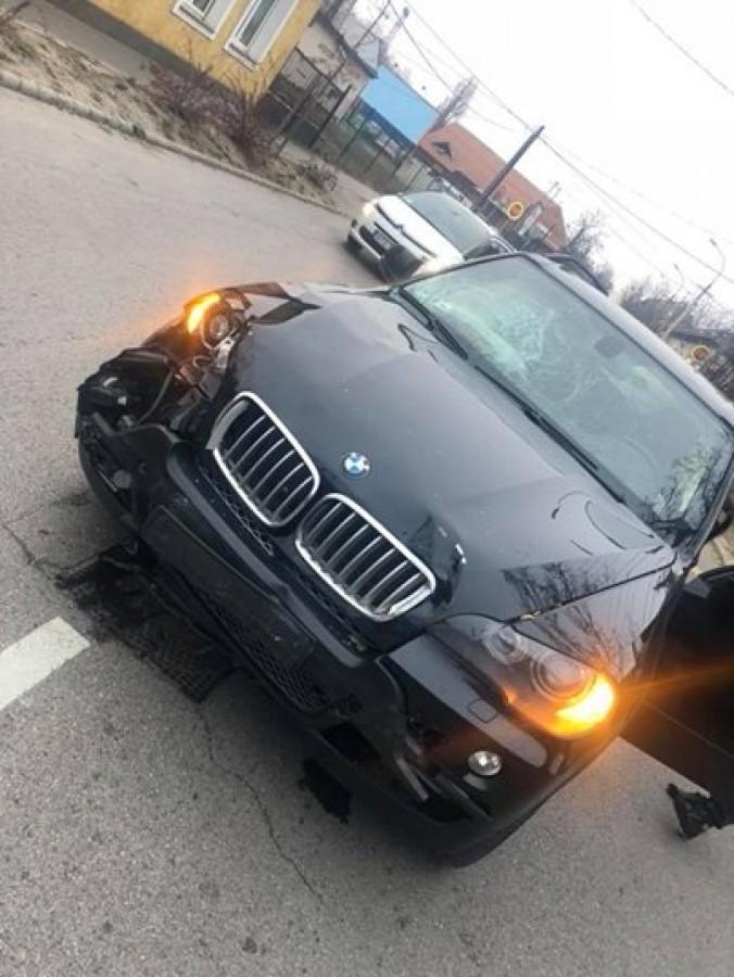 Komoly autóbaleset érte az ismert magyar rappert, szétfejelte a szélvédőt