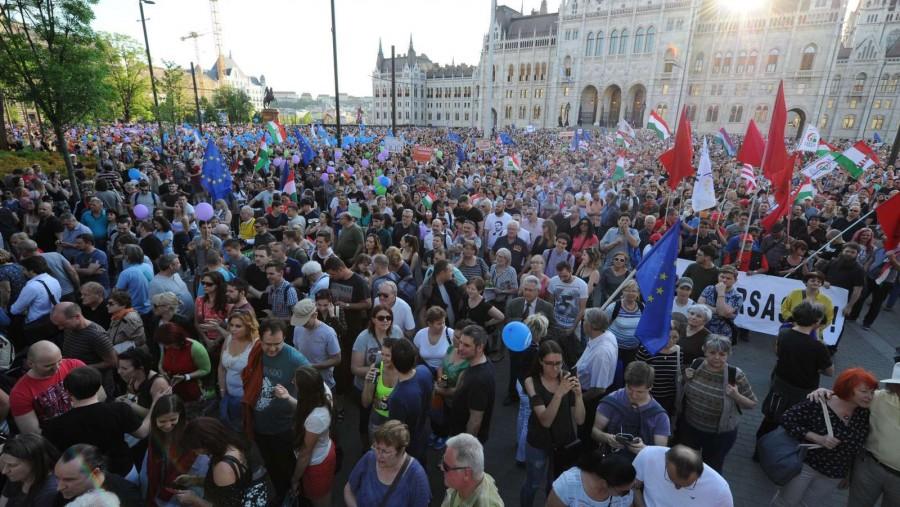 Már tart a giga tüntetés: Rabszolgatörvény: zúg a Mocskos Fidesz!