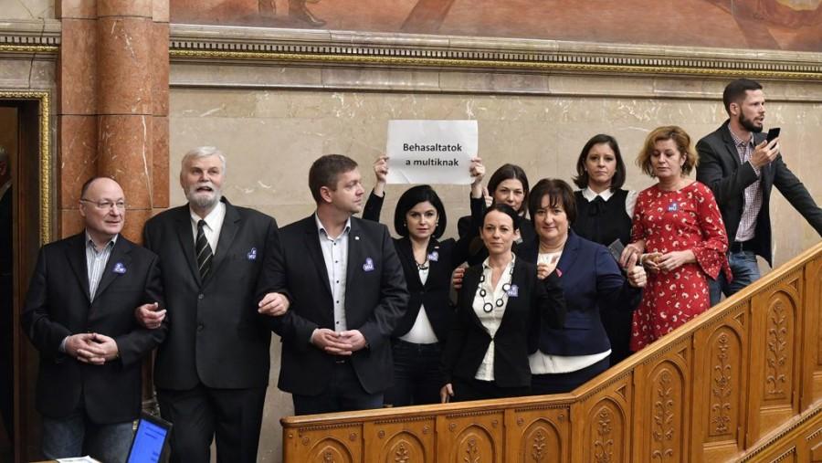 Hatalmas botrány a parlamentben: Elbitorolta az ellenzék a parlamenti pulpitust