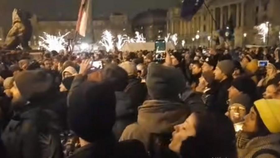Egyre nagyobbra duzzad a tüntetők száma a Kossuth téren: