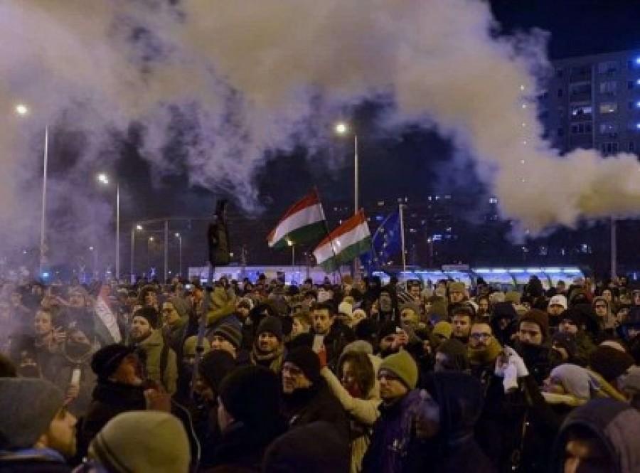 ÉLŐ: visszament a tömeg a Kossuth térre