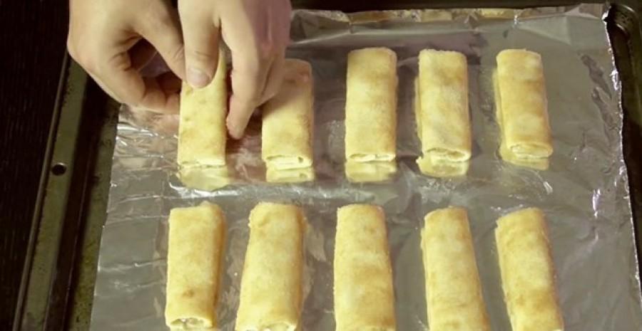 Ez a nő fogott néhány szelet kenyeret,  és már készülhet is ez a pofon egyszerű és finom almás tekercs