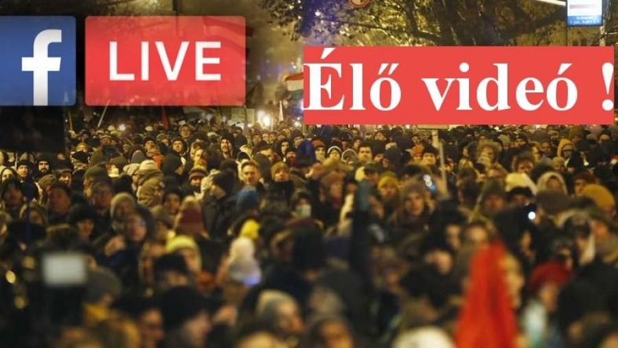 ÉLŐ: A tüntetők hatalmas tömege elindult az ÁSZ-hoz