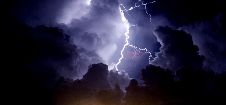 Ma sem ússzuk meg a VIHAR nélkül – órákon belül JÉGESŐVEL, 90 km/órás széllel, sűrű villámlással, mennydörgéssel és RENGETEG ESŐVEL!! támad a vihar! ITT A lista: ezekre a megyékre már kiadták a figyelmeztetést :