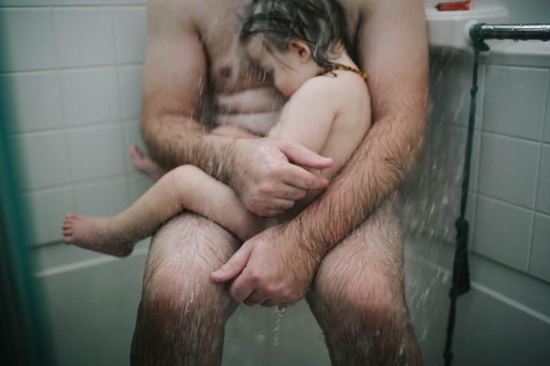 Az anya lefotózta a férjét, amikor meglátta az 1 éves gyermekével a zuhany alatt… megdöbbentő, hogy mi áll a felvétel hátterében!