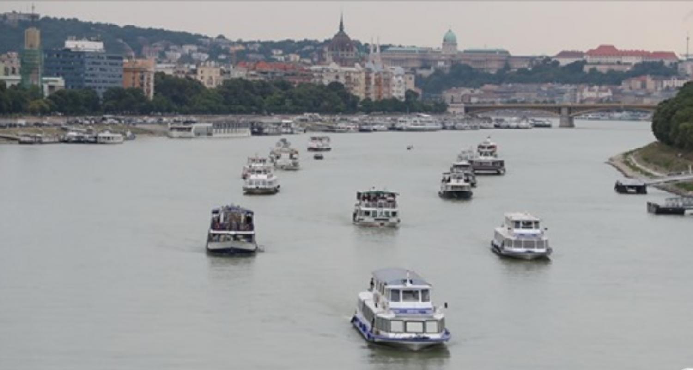 Szívszaggató búcsú: így szórták a Dunába a Hableány matrózának hamvait – videó