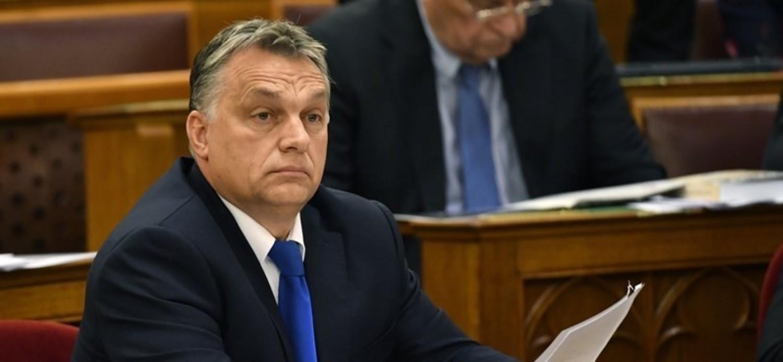 Ez aztán nem semmi: Orbánt le hülyegyerekezték a parlamentben - videó