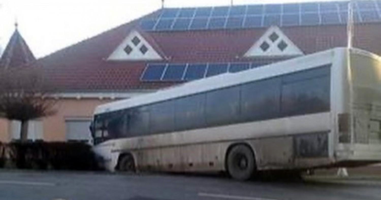 Szívszaggató hír: Súlyos buszbaleset, 12 gyerek sebesült meg Bács-Kiskunban – fotók