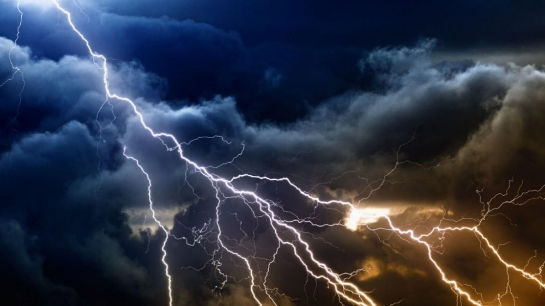 Néhány órán belül erős széllel, JÉGESŐVEL csap le a VIHAR! Erős villámtevékenység is lehet!