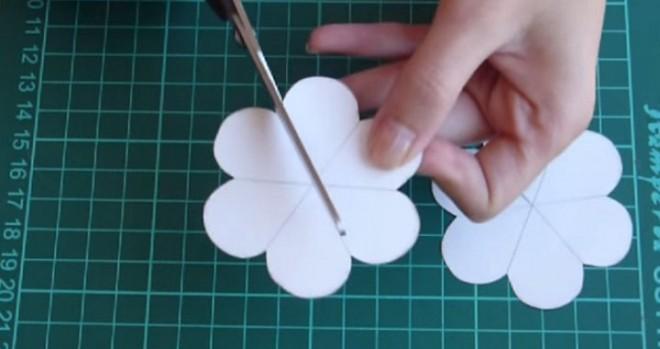 Fogott egy papírlapot és kivágta ezeket a formákat. A végén valami elképesztő szépet készített + VIDEÓ