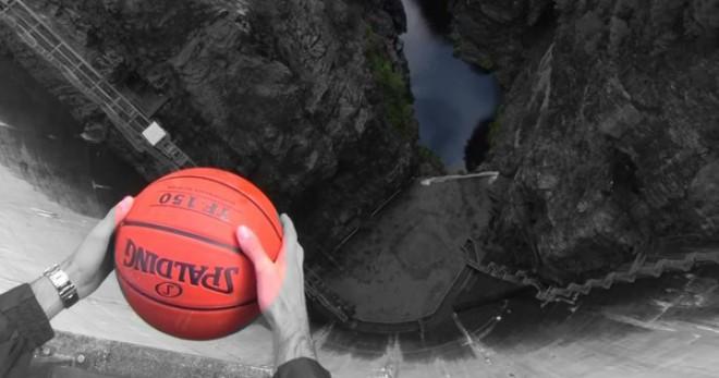 Fogta a kosárlabdát és ledobta a gátról. Elképesztő dolog történt a labda esése közben! - VIDEÓ
