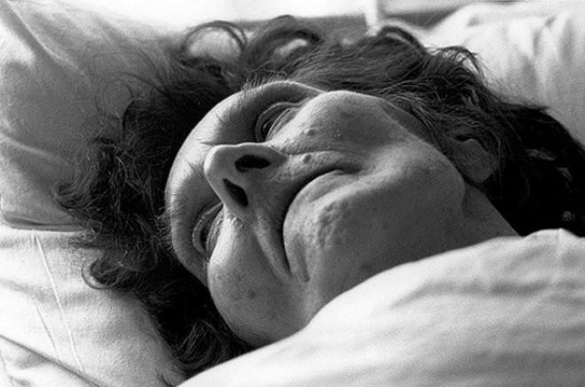 Röviddel halála előtt az idős hölgy leírta, hogy ki volt valójában… megfagyott a szó a nővérek ajkán, amikor elolvasták!