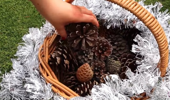 Szedett egy kosár tobozt, majd elkészítette a legszebb karácsonyi dekorációt. Ez neked is menni fog!