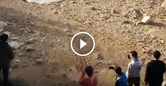 A turisták egy kiszáradt folyómederben filmeztek a sivatagban… néhány perccel későb mindannyian kiabálni kezdtek…