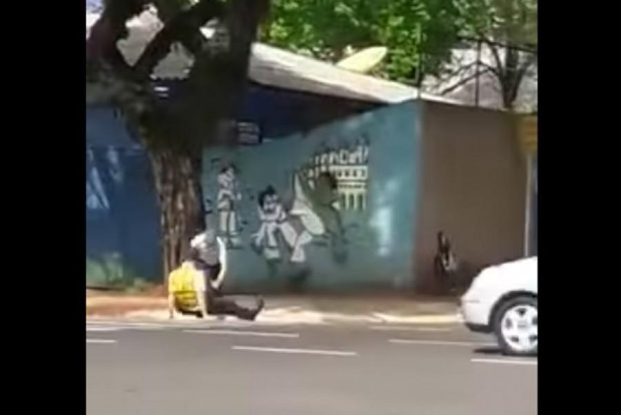 Páros lábbal rúgták le a traffizó rendőrt +VIDEÓ - EZT LÁTNI KELL!