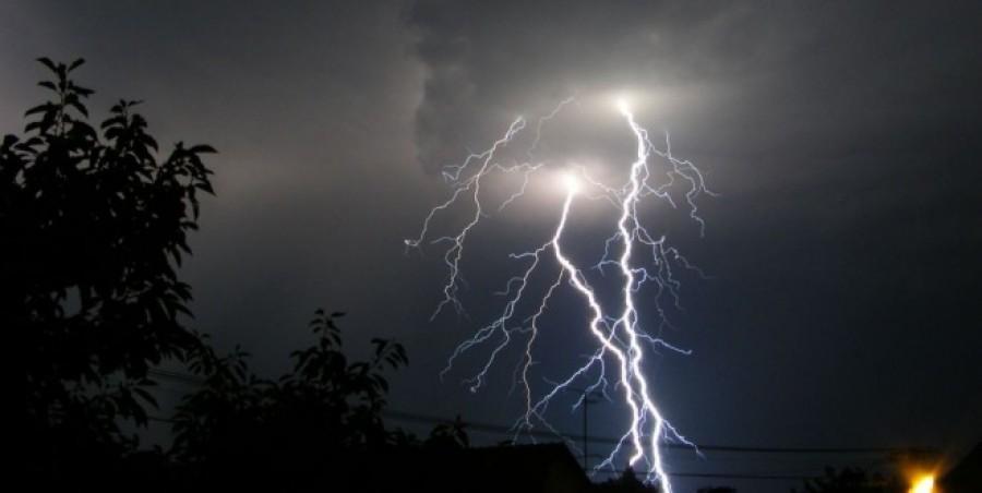 Erre nem számítottunk! Néhány órán belül hatalmas felhőszakadás jön! 10 megyére kiadták a figyelmeztetést trópusi eső, jégeső, viharos szél miatt!!