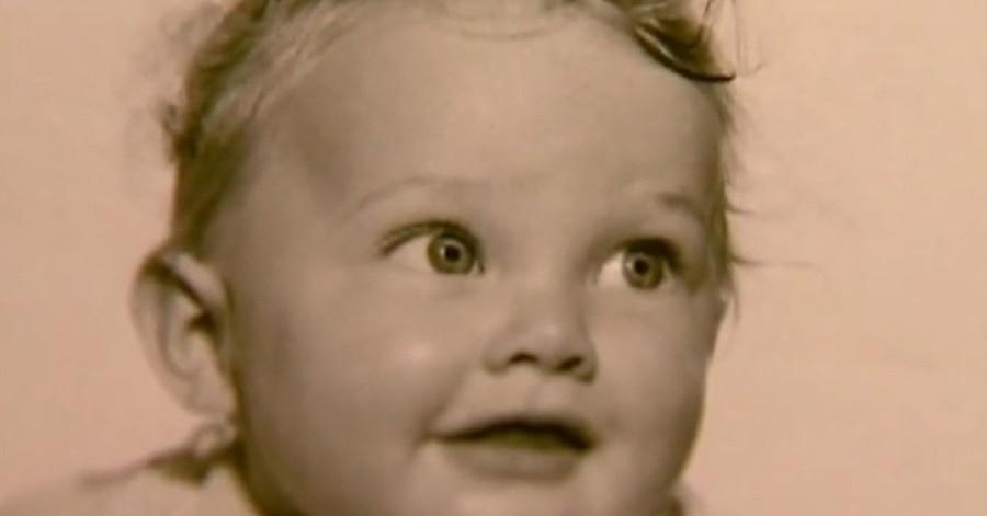 A fiatal fiú talált egy gyermeket elhagyatva az erdőben… aztán 58 évvel később a történet folytatódik