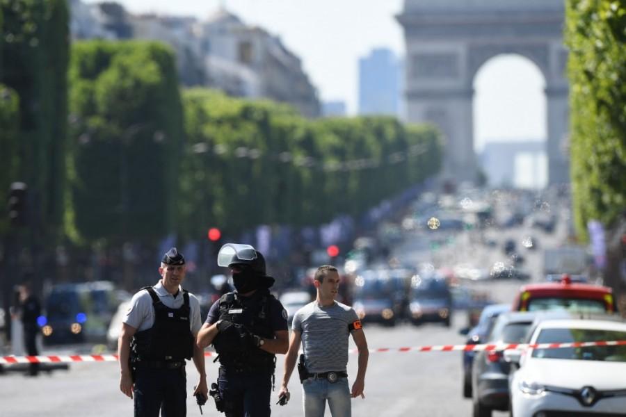 Ismét megtörtént: ezúttal Párizsban támadt egy autós merénylő!
