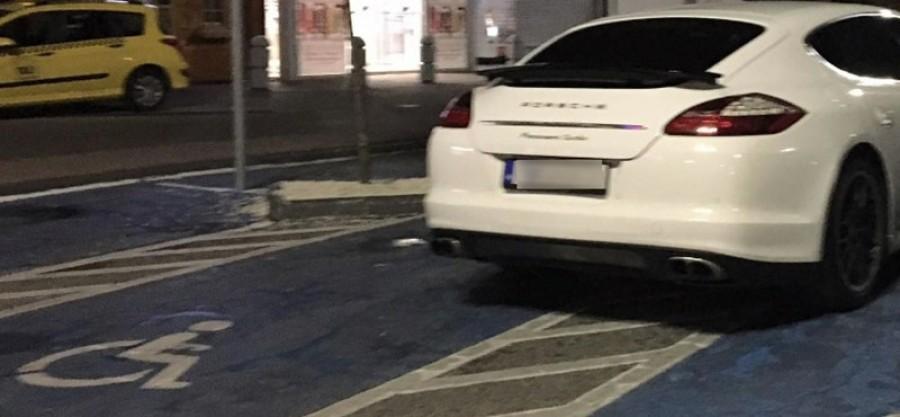 Elképesztő: egyszerre négy mozgáskorlátozott parkolóhelyet foglaltak el ezzel a Porschevel!