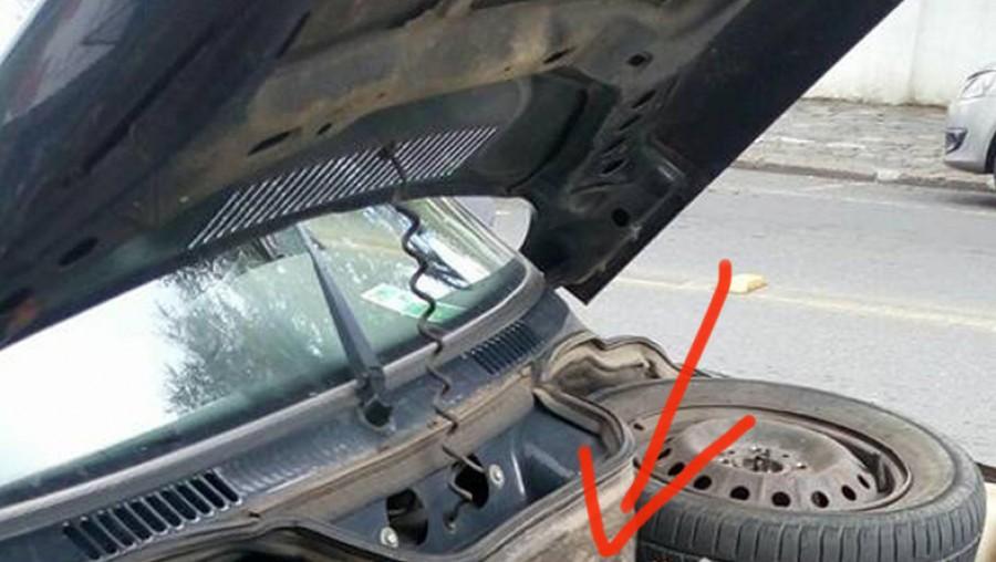 Leállt a nő autója, nem hitte el amikor kinyitotta a motorháztetőt és meglátta hogy mi van benne!
