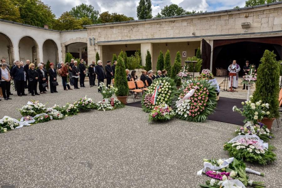 Így búcsúztak temetésén a legendás színésznőtől!