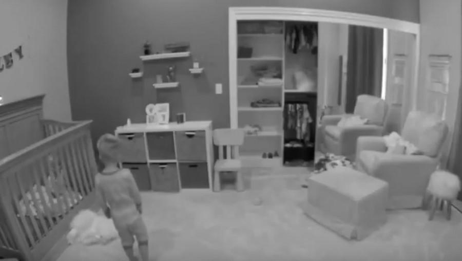 A kisfiú sírást hallott a testvére szobájából, döbbenetes amit néhány perc múlva a kamera rögzített
