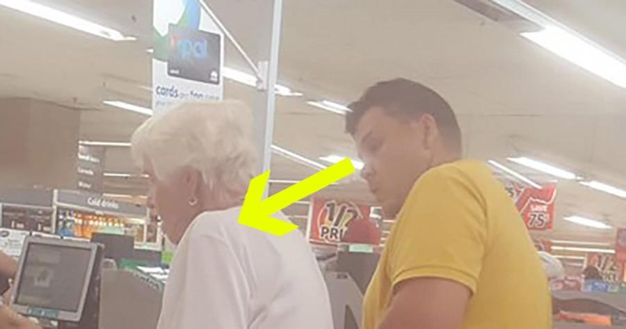 Észrevétlenül lefotózták azt, amit ez a férfi az idős nénivel csinált a sorban!