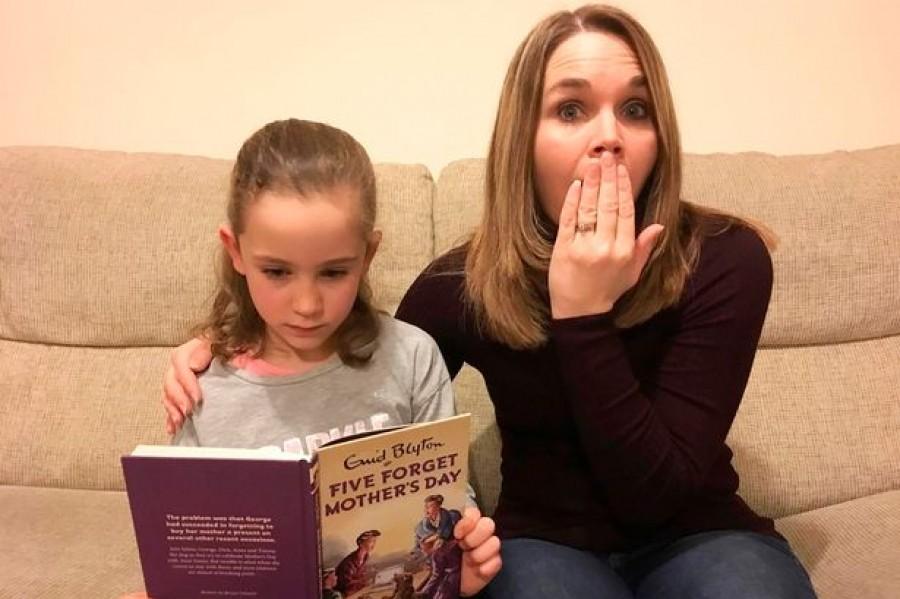 Azt hitte a nagymama hogy egy gyerekkönyvet vett, ám miután kinyitotta és beleolvasott váratlan megleptés érte