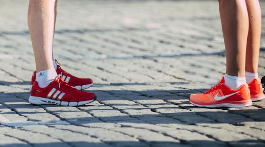 Botrányos: egy szőrös lábú nővel reklámozta új cipőjét az  ismert márka!