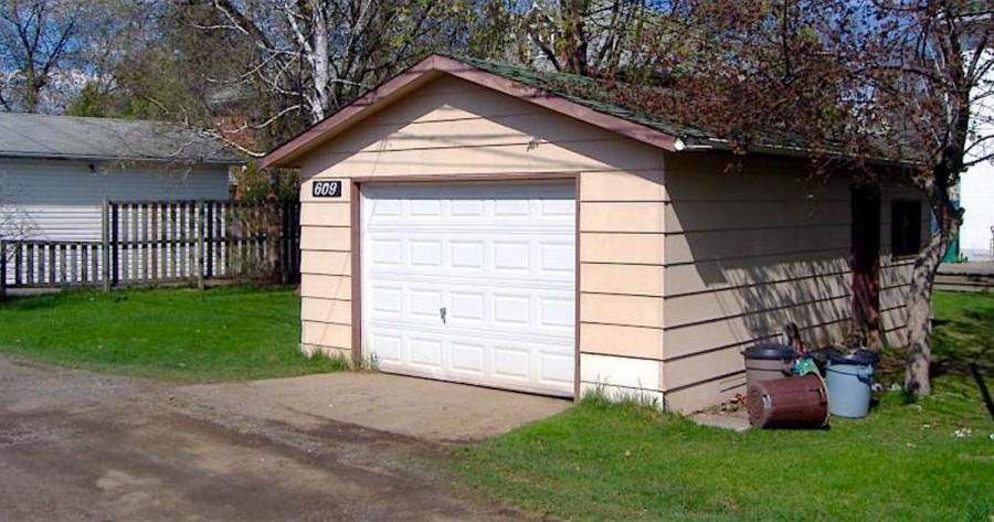 Mikor az emberek hallották, hogy egy garázsban él először nevettek rajta, aztán elakadt a szavuk mikor meglátták belülről