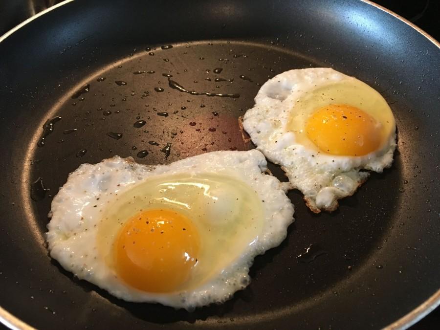 A feleség tükörtojást készít reggelire, ekkor a férje olyat tesz, amitől azt is megbánja, hogy belekezdett