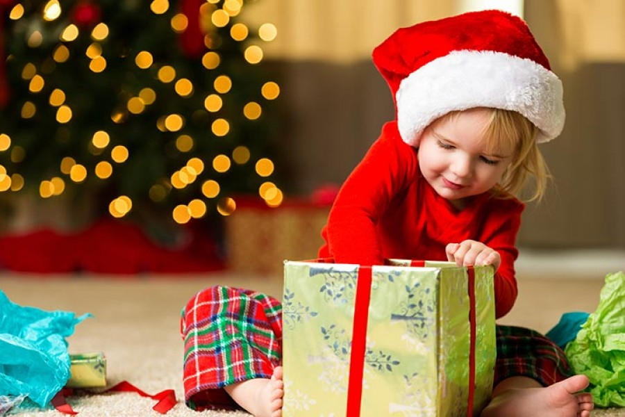 A 2 éves kislány megkapta karácsonyi ajándékát , majd fuldokolni kezdett, vért hányt és 2 óra múlva belehalt.