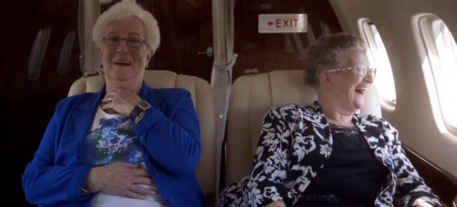 A két idős hölgy felszáll a repülőre, aztán olyasmi történik, amitől mindenkinek leesik az álla...