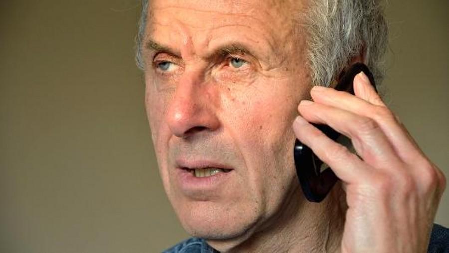 600 ezer forintot kérnek telefonon a nagypapától. A pénztáros nem hagyja neki, hogy elküldje...