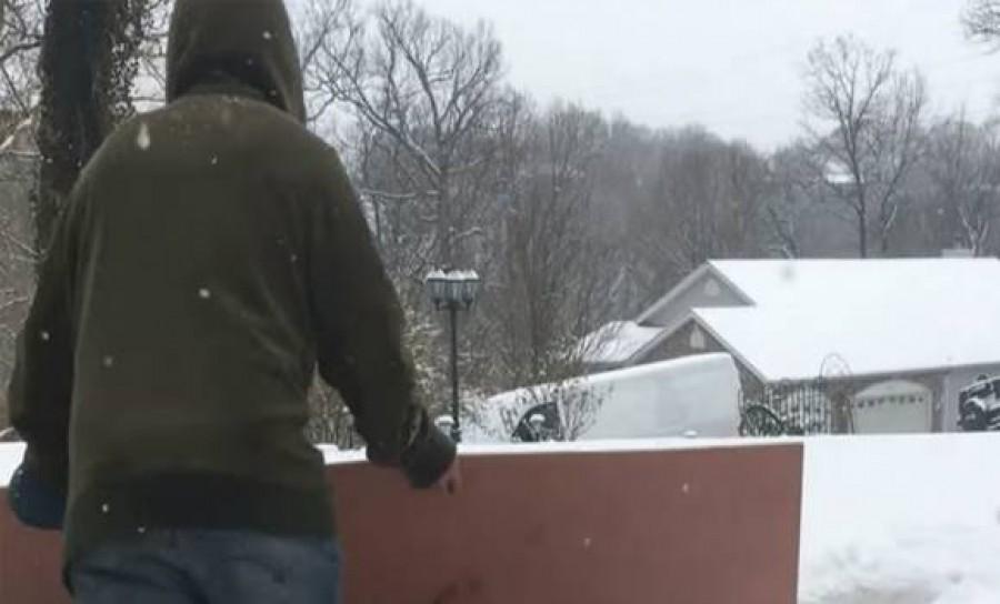 Nyugodtan elfelejtheted a hólapátolást! Ez a férfi olyan trükköt osztott meg, amivel pillanatok alatt eltakaríthatod a havat!