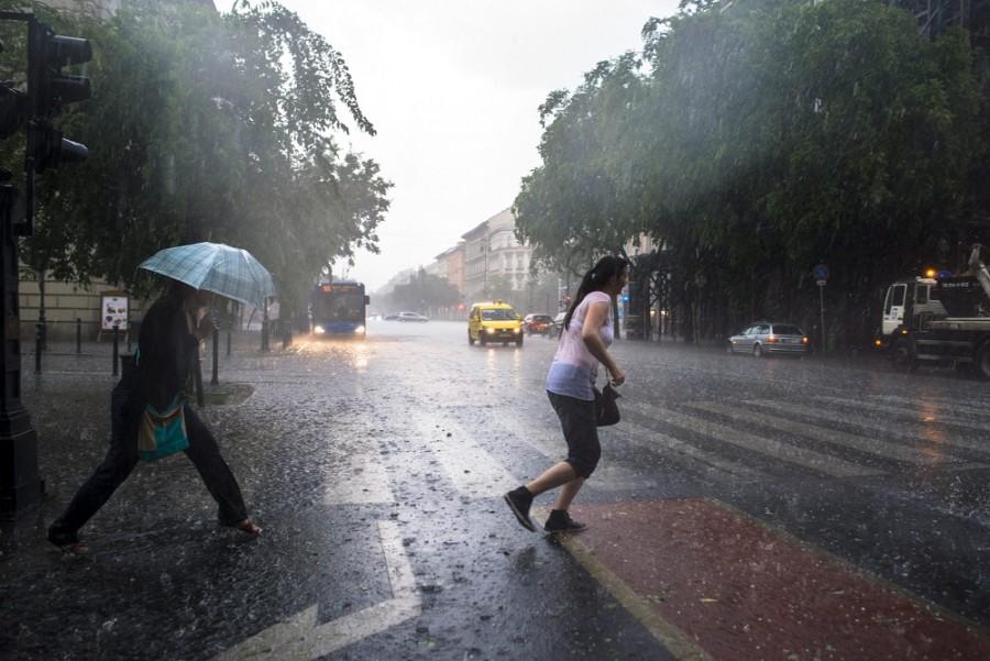 Még nincs vége! Komoly felhőszakadás vár ma ránk, árvíz jellegű esőzés jön!