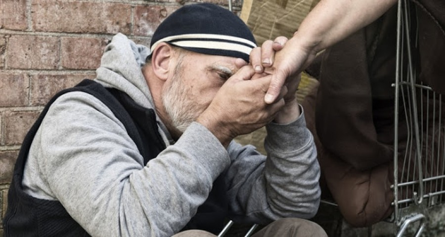 Szem nem maradt szárazon a meghatódottságtól! Elképesztő amit a hajléktalan tett! Sokan tanulhatnának tőle!