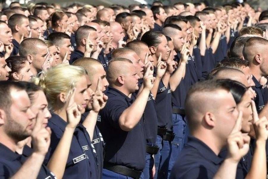 Sorra szerelnek le a rendőrök! Lassan ott járunk, hogy nem lesz ki védje az országot