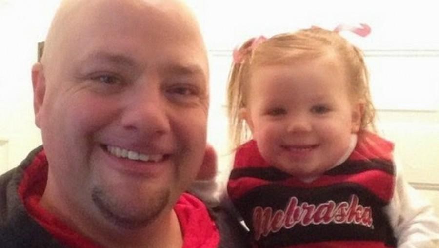 Az apa szívószálba csavarja lánya haját. A végeredmény valami elképesztő lett
