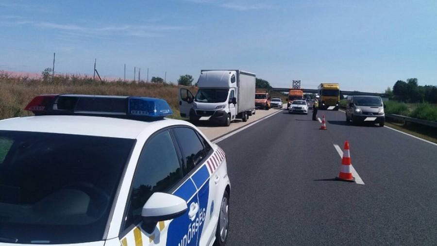 Sokkoló halálos baleset történt: a leszakadó pótkerék ölte meg a 19 éves nőt az M1-es autópályán-Fotók
