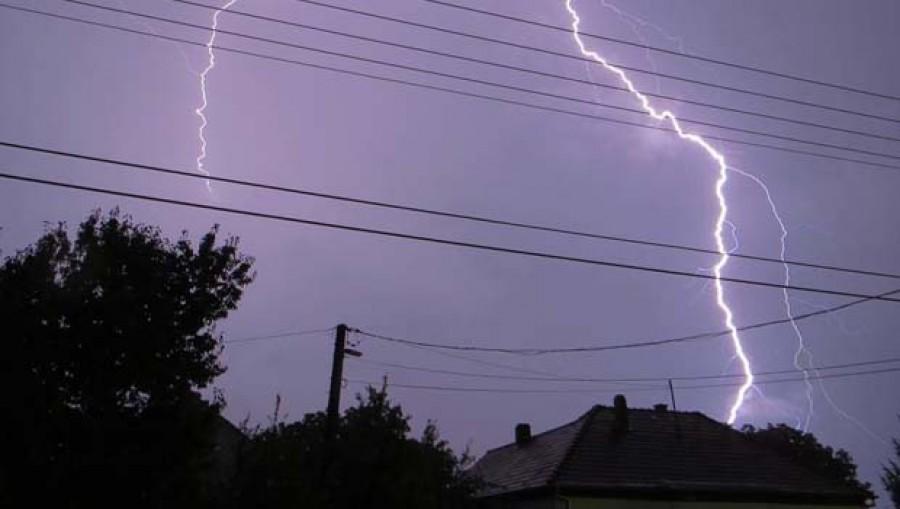 Itt már tombol a vihar: Villám csapott egy családi házba