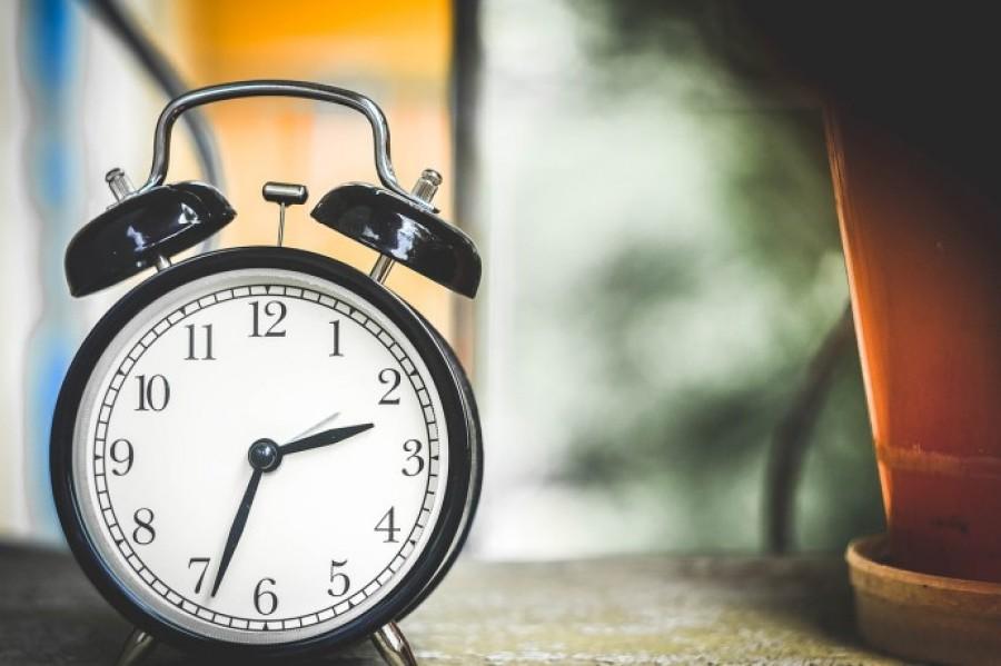 Eltörlik az óraállítást! Ha marad a nyári időszámítás, ekkor kezd majd világosodni!